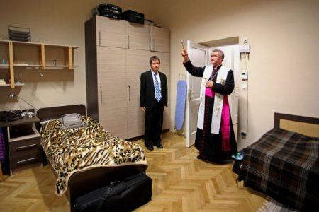 Veres András a lombikbébik védőszentje szentel meg egy kollégiumi szobát. Fotó MTI