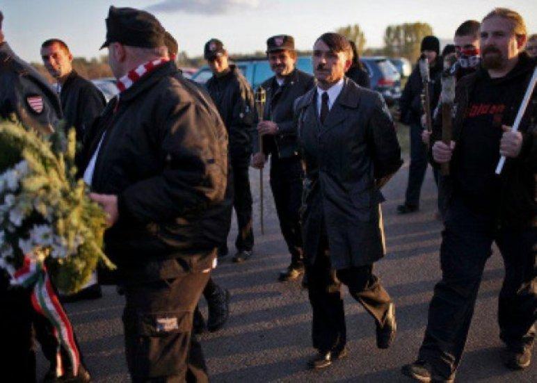 2011 októberében a Jobbik fáklyás megemlékezést tartott Olaszliszkán. A megmozduláson feketeruhás gárdisták is masíroztak, akikkel egy Hitler-hasonmás is együtt vonult. (Fotó: atv.hu)