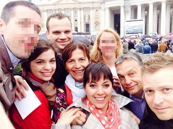 Az Orbán família Rómában. Orbán Sára pirosban, mögötte újdonsült férje, Szokira Tamás (Fotó: Facebook/Orbán Viktor)