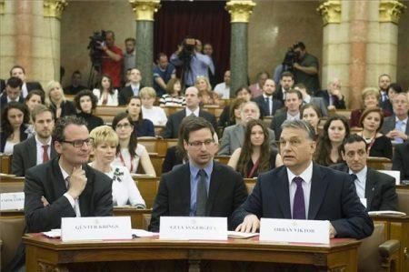 Orbán Viktor miniszterelnök, Gulyás Gergely, a Fidesz alelnöke (azóta friss frakcióvezető) és Günter Krings, a német belügyminisztérium parlamenti államtitkára az alaptörvény elfogadásának negyedik évfordulója alkalmából rendezett, a Párbeszéd és identitás című kétnapos nemzetközi konferencia második napján az az Országház Felsőházi termében 2015. április 24-én (MTI Fotó: Koszticsák Szilárd)