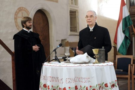 Somorja, 2015. december 6. Balog Zoltán, az emberi erõforrások minisztere (j) és György András, a Somorjai Református Egyházközség lelkipásztora, házigazda a Csallóköz legrégebbi egyházi épületében, a somorjai református templomban tartott istentiszteleten 2015. december 6-án. A templom a magyar kormány anyagi hozzájárulásával megvalósított külsõ felújítása alkalmából tartottak a felvidéki településen hálaadó istentiszteletet.  MTI Fotó: Bartos Gyula / Emmi