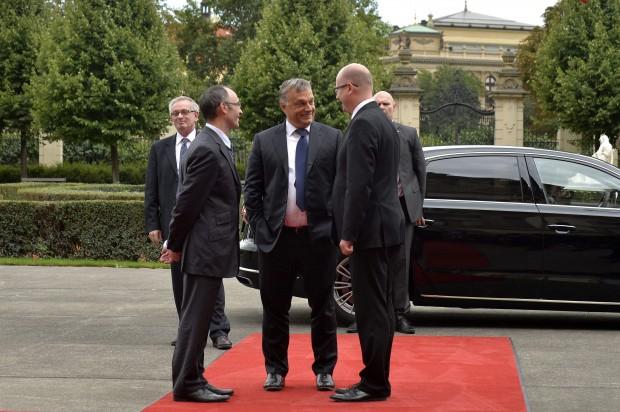Random pocakos fotó 2015-ből + zsebretoszott kéz Prágában a V4-ek kormányfői csúcstalálkozóján (Fotó: MTI/Máthé Zoltán)