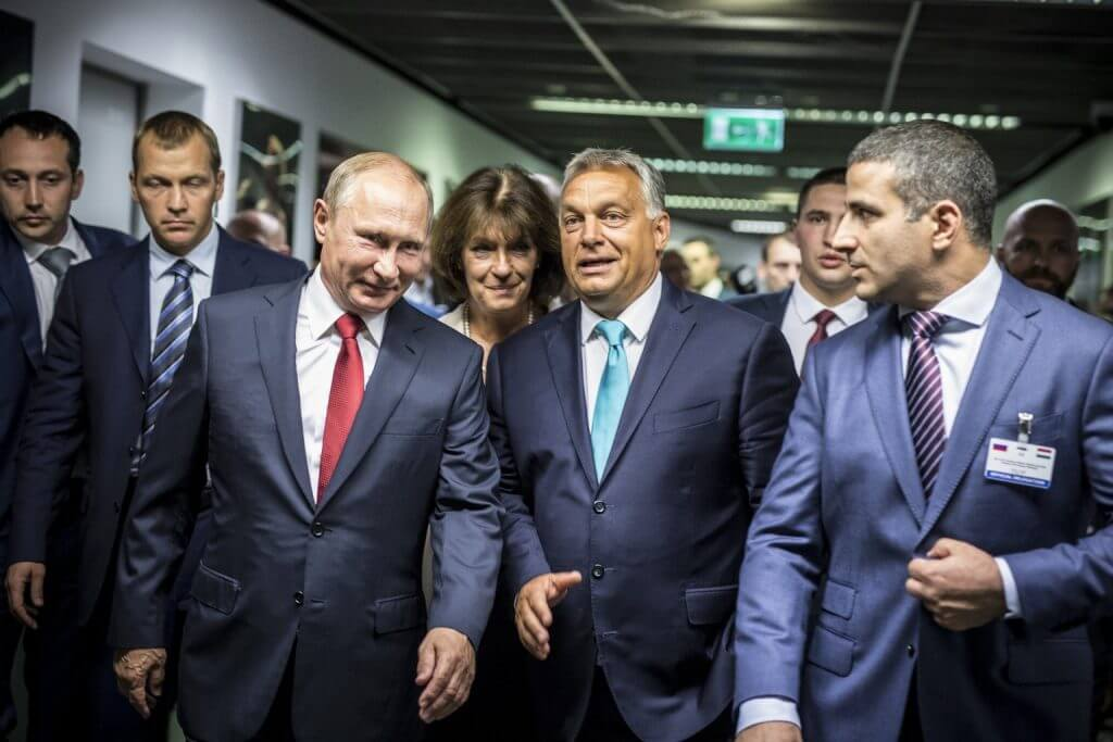Vlagyimir Putyin, a Nemzetközi Cselgáncs Szövetség tiszteletbeli elnöke érkezik a budapesti cselgáncs-világbajnokságra Orbán társaságában a Papp László Budapest Sportarénában 2017. augusztus 28-án. (MTI Fotó: Miniszterelnöki Sajtóiroda / Szecsődi Balázs)