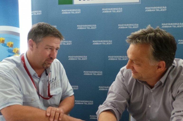 Simonka Nemmaffiózó György kezét se engedi el a főnök (Fotó forrása: atv.hu)