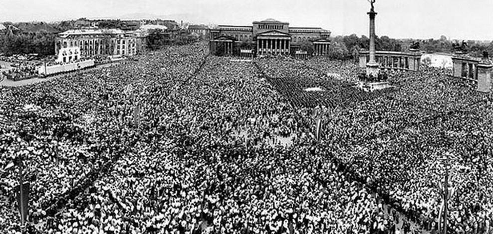 1957. május elseje a Hősök terén.  Fotó: MTI Fotóarchívum/Vigovszki Ferenc