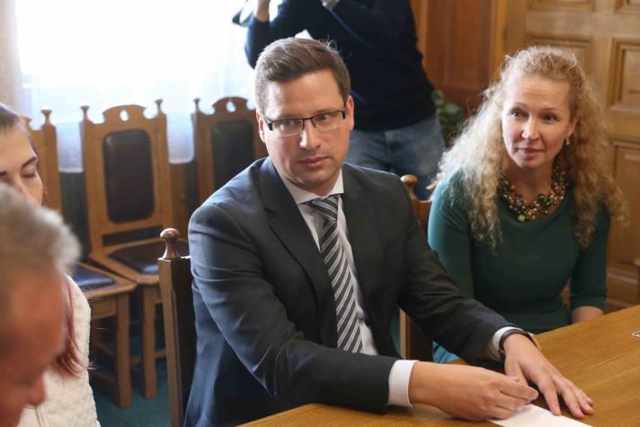 Gulyás Gergely, a Fidesz sztárjogász frakcióvezetője nagy felhajtás mellett találkozott a Magyarországi Diákvállalkozások Országos Érdekképviseleti Szövetségének elnökével és a megkárosított diákok küldöttségével (Fotó: fidesz.hu)