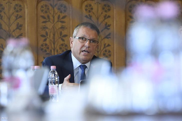 Matolcsy Rómeó György ismerteti az MNB 2016. évről szóló üzleti jelentését az Országgyűlés gazdasági bizottsága ülésén a parlamentben 2017. október 10-én. (Fotó: Kovács Tamás / MTI)