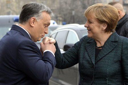 A női kezek csókdosásának világbajnoka: Orbán Viktor fogadja a hivatalos látogatáson Budapesten tartózkodó Angela Merkel német kancellárt a Parlament főlépcsőjénél 2015. február 2-án (MTI Fotó: Illyés Tibor)