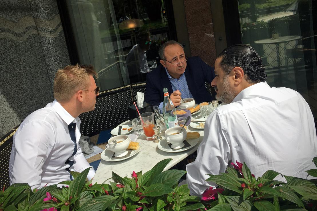 Tiborcz, miniszterelnöki vő balra, Zaid Naffa aranycsempész középen, háttal meg a körözött Ghaith Pharaon jordán ügyvédje egy tavalyi fotón, amint elkávézgatnak a Greshem-palota teraszán (Fotó: Németh Dániel/Magyar Narancs)