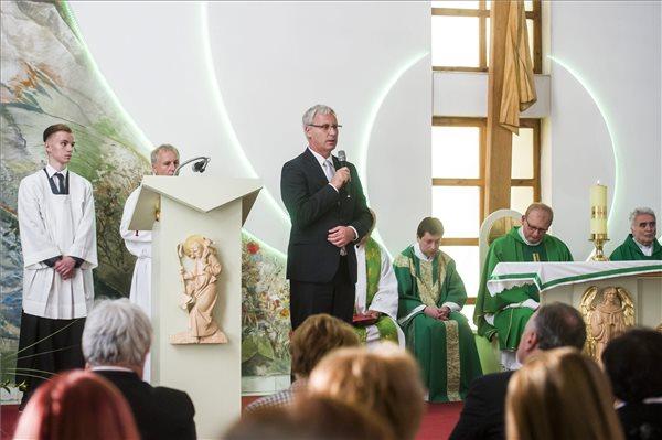 Soltész Miklós, az Emberi Erőforrások Minisztériumának (Emmi) nemzetiségi és civil társadalmi kapcsolatokért felelős államtitkára beszédet mond a hálaadó szentmisével egybekötött átadási ünnepségen a felvidéki Lukanénye katolikus templomában 2017. október 15-én, amely a magyar kormány támogatásával új tetőt kapott. MTI Fotó: Komka Péter