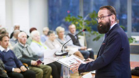 Szájer József, a Fidesz európai parlamenti képviselője beszédet mond a nemzeti konzultációról tartott Védjük meg Magyarországot! című lakossági fórumon az egri Polgárok Házában 2017. október 28-án. (Fotó: MTI / Komka Péter)