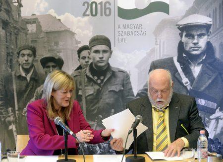 Schmidt Mária, az 1956-os forradalom és szabadságharc emlékéve koordinálásáért felelős kormánybiztos, a Terror Háza Múzeum főigazgatója és Andy Vajna, a filmipar megújításáért felelős kormánybiztos együttműködési megállapodást ír alá a Terror Háza Múzeumban 2016. május 3-án. A megállapodás értelmében támogatják a forradalommal és szabadságharccal foglalkozó filmforgatókönyvek megszületését (MTI Fotó: Kovács Tamás)
