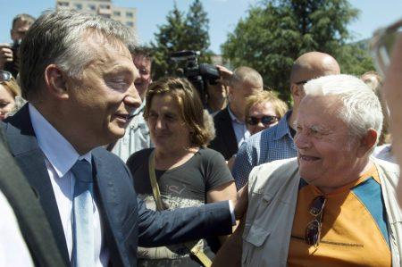 Orbán Viktor egy férfival beszélget a Modern Városok program keretében kötött együttműködési megállapodás aláírása után Dunaújvárosban 2016. május 31-én. (MTI Fotó: Koszticsák Szilárd)