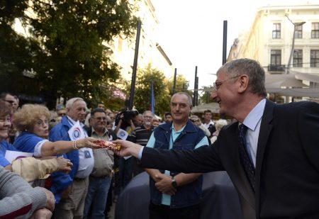Gyurcsány Ferenc, a Demokratikus Koalíció elnöke ajándékot kap egy résztvevőtől pártja Vigyünk emberséget Magyarországba! elnevezésű nagygyűlésén az Egyetem téren 2015. szeptember 13-án. (MTI Fotó: Bruzák Noémi)