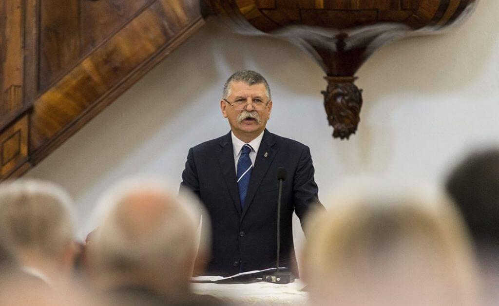 Ami egy magyar állampolgár esetében börtönnel büntetendő, törvényellenes cselekedet, az miért nem az egy politikus esetében?
