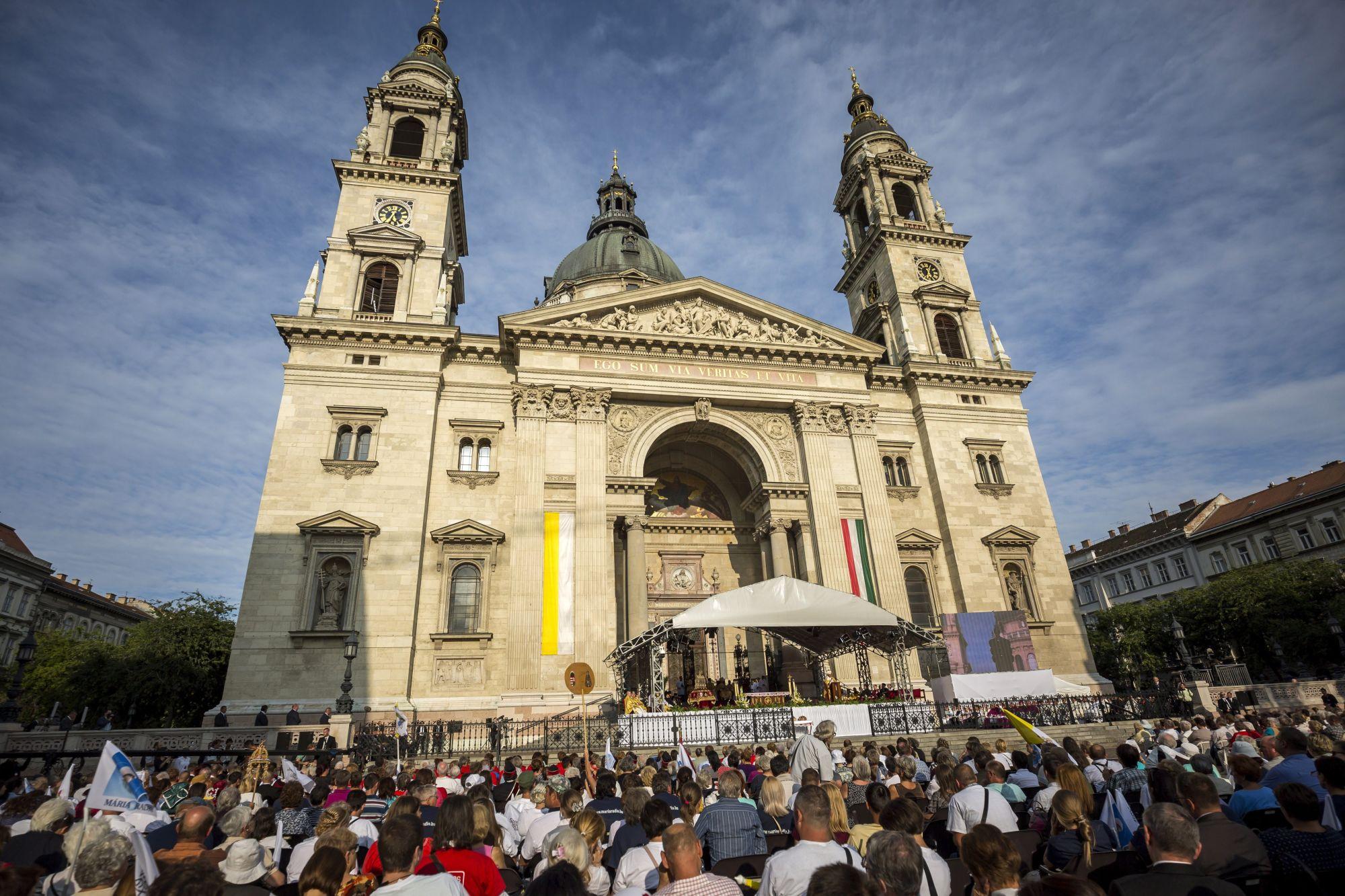 Illusztráció: Résztvevők a Szent István-napi ünnepi szentmisén a budapesti Szent István-bazilika előtt 2017. augusztus 20-án (Mohai Balázs/MTI/MTVA)