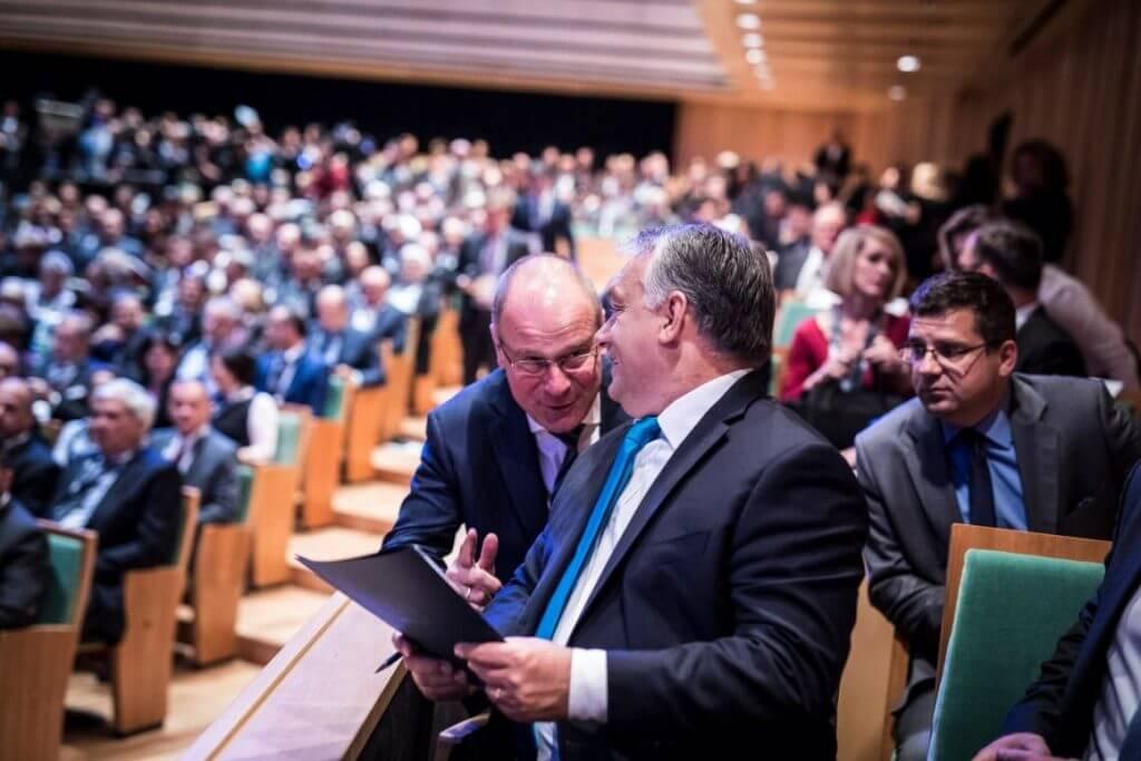 Navracsics Orbánnal jópofizik, a háttérben Seszták próbál nem lemaradni semmiről. A fotó október közepén készült. (Forrás: Facebook/Orbán Viktor)