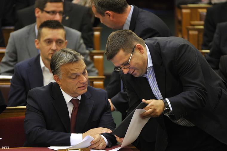 Orbán Viktor és Seszták Miklós nemzeti fejlesztési miniszter az Országgyűlés plenáris ülésén 2014. július 4-én. (Fotó: Kovács Attila/MTI)