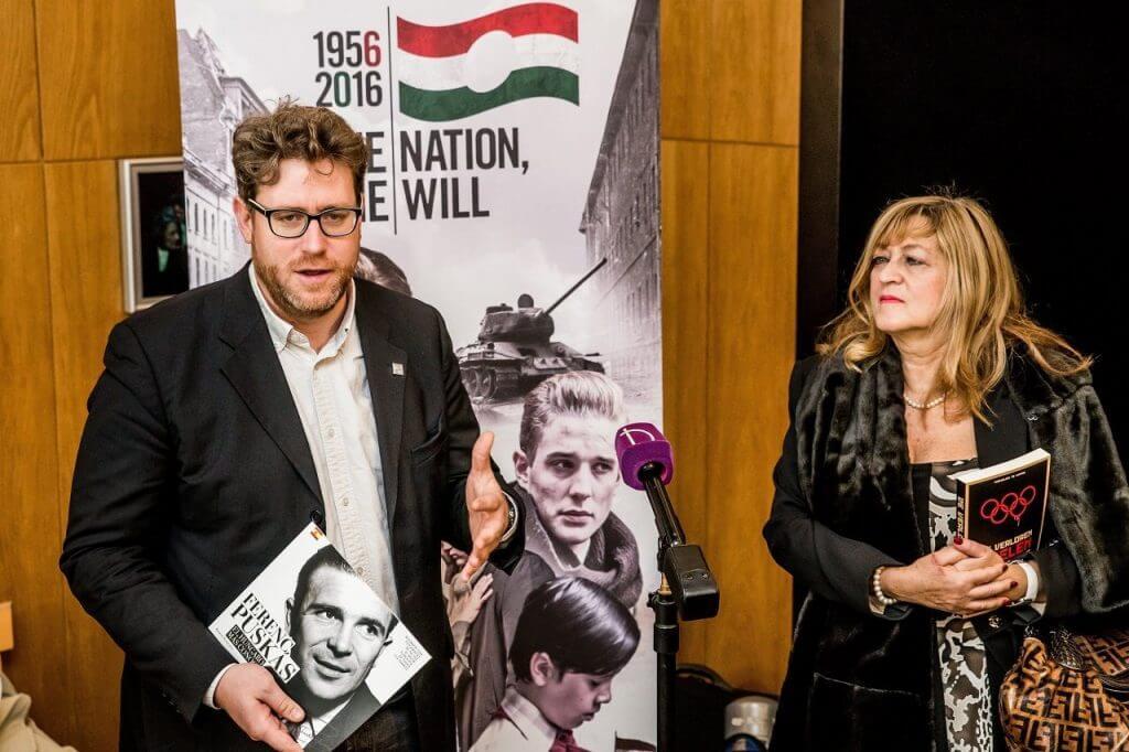 Szöllősi György, a Nemzeti Sport főszerkesztője és Schmidt Mária, az 1956-os emlékév kormánybiztosa, a múzeum igazgatója a Dank! Merci! Gracias! elnevezésű programsorozat résztvevői számára tartott tárlatvezetésen a fővárosi Terror Háza Múzeumban 2016. november 22-én (MTI Fotó: Balogh Zoltán)