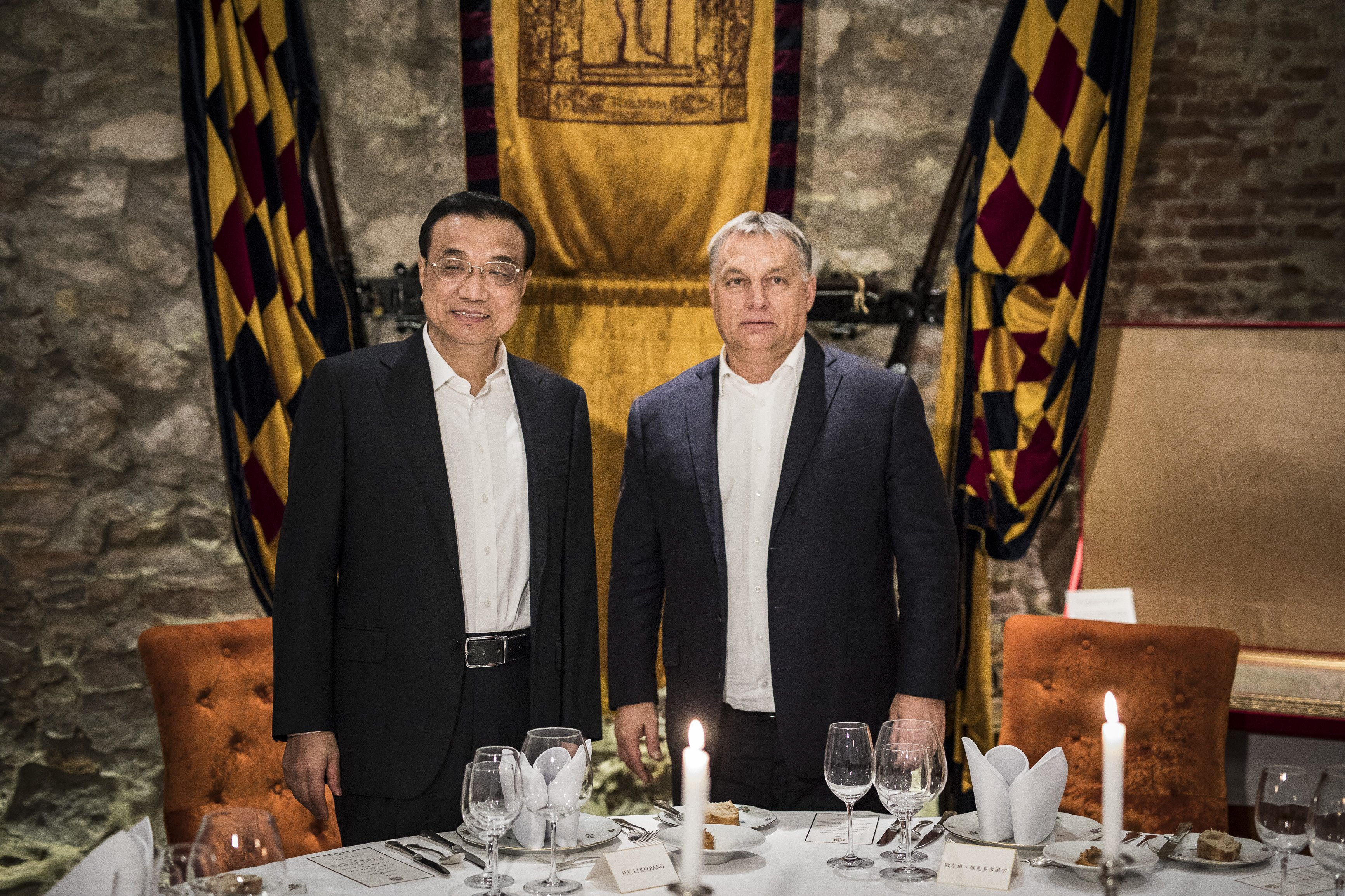 Budapest, 2017. november 26. A Miniszterelnöki Sajtóiroda által közreadott képen Orbán Viktor miniszterelnök (j) és Li Ko-csiang kínai kormányfõ az I. kerületi Alabárdos étteremben, ahol a magyar kormányfõ kötetlen vacsorán látja vendégül a magas rangú vendéget 2017. november 26-án. A kínai kormányfõ vezetésével tartják meg november 27-én a Kína és 16 közép- és kelet-európai ország együttmûködési keretének (16+1) soron következõ csúcstalálkozóját a fõvárosban. Másnap, november 28-án Orbán Viktor miniszterelnök és Li Ko-csiang kétoldalú, hivatalos államközi tárgyalást is folytat egymással, illetõleg sor kerül további bilaterális egyeztetésekre több térségbeli ország kormányfõjével. MTI Fotó: Miniszterelnöki Sajtóiroda / Szecsõdi Balázs