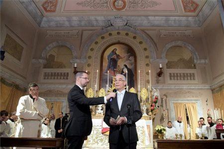 Balog emberi erőforrás beszédet mond a közép-olaszországi Tolentinóban, a felújított Szent Szív és Szent Benedek-templom avatásán 2017. december 9-én. (MTI Fotó: Emmi / Bartos Gyula)