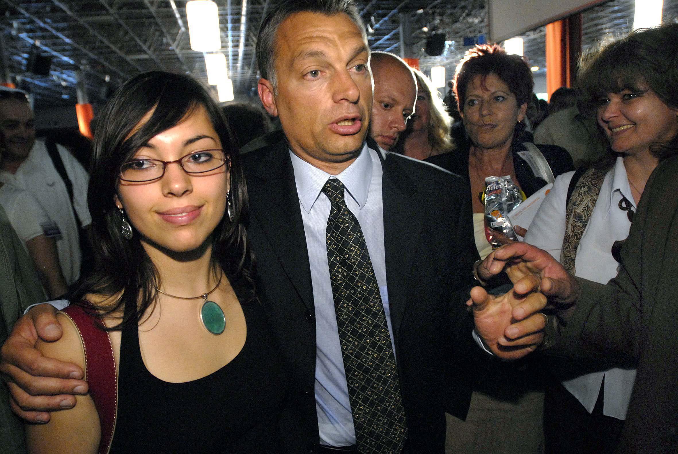 Budapest, 2007. május 20. Orbán Viktor újjáválasztott pártelnök Ráhel nevû lányával a Fidesz - Magyar Polgári Szövetség XXII. tisztújító kongresszusának végén a Hungexpo B-pavilonjában. MTI Fotó: Beliczay László