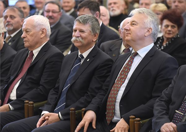 Kövér, Semjén és Harrach a KDNP országos választmánya ülésén a Dunamelléki Református Egyházkerület budapesti székházában 2017. december 16-án. (MTI Fotó: Kovács Tamás)