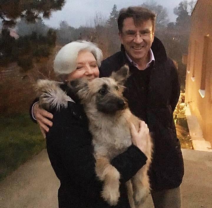 Őexcellenciája Iain Lindsay, felesége, Bridget Landsay és Yuko, az új családtag