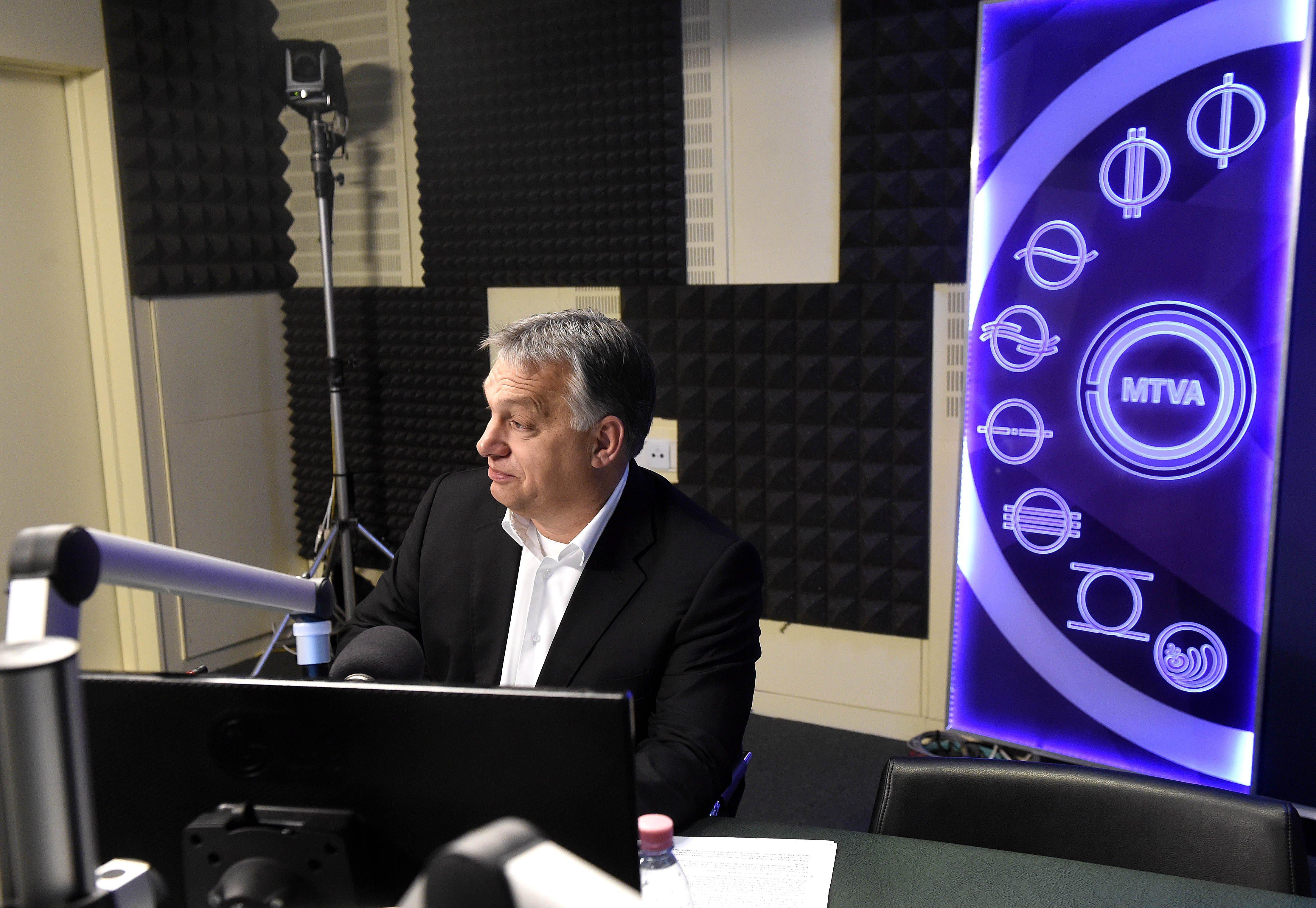 Orbán a Kossuth Rádió stúdiójában, ahol interjút ad a 180 perc címû műsorban 2017. december 1-jén. (MTI Fotó: Bruzák Noémi)
