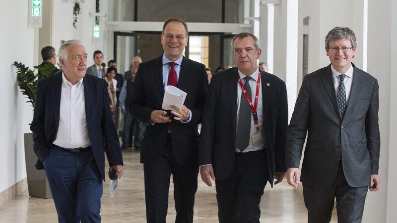 Kovács László (b), Andor László (j), egykori uniós biztosok, Navracsics Tibor uniós biztos (b2) és Tálas Péter, a Nemzetközi és Európa Tanulmányok Kar dékánja (j2) érkezik a Nemzeti Közszolgálati Egyetem pódiumbeszélgetésére 2015. május 22-én. (MTI Fotó: Illyés Tibor)