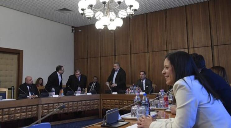 Németh Szilárd, az Országgyűlés nemzetbiztonsági bizottságának fideszes alelnöke (b4), valamint Móring József KDNP-s (b), Csizi Péter (b2) és Lezsák Sándor (b3), fideszes képviselők elhagyni készülnek az üléstermet a bizottság ülésén a Képviselői Irodaházban 2018. január 25-én. Mellettük Molnár Zsolt, a bizottság szocialista elnöke (b5) és Szél Bernadett, a bizottság LMP-s tagja. A kormánypárti képviselők távoztak az ülésről, ezért az határozatképtelenné vált. (MTI Fotó: Kovács Tamás)