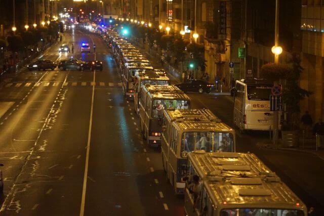 Budapest, 2015. szeptember 5. Illegális bevándorlókkal teli buszok indulnak a fõvárosi Keleti pályaudvarról Ausztria felé 2015. szeptember 5-én éjjel. A központi operatív törzs úgy döntött, hogy az éjszaka folyamán autóbuszokat vezényel a Keleti pályaudvarhoz és a M1-es autópályához, és felajánlják az ott tartózkodó bevándorlóknak, hogy a hegyeshalmi határátlépési ponthoz szállítják õket. Ausztria a szükséghelyzet miatt beengedi a Magyarországról érkezõ migránsokat. MTI Fotó: Balogh Zoltán