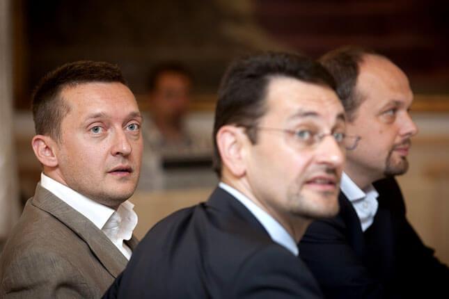 Középen, az elmosódott fejű Nagy Gábor Tamás, az I. kerület fideszes polgármestere (Forrás: MTI/Szigetváry Zsolt)
