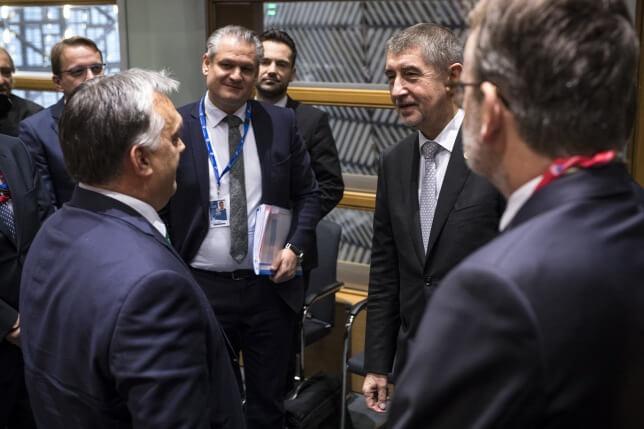 Orbán Viktor és Andrej Babis cseh miniszterelnök beszélget az uniós országok állam- és kormányfőinek csúcstalálkozóját megelőző V4-es egyeztetés előtt Brüsszelben 2017. december 14-én (MTI Fotó: Miniszterelnöki Sajtóiroda / Szecsődi Balázs)