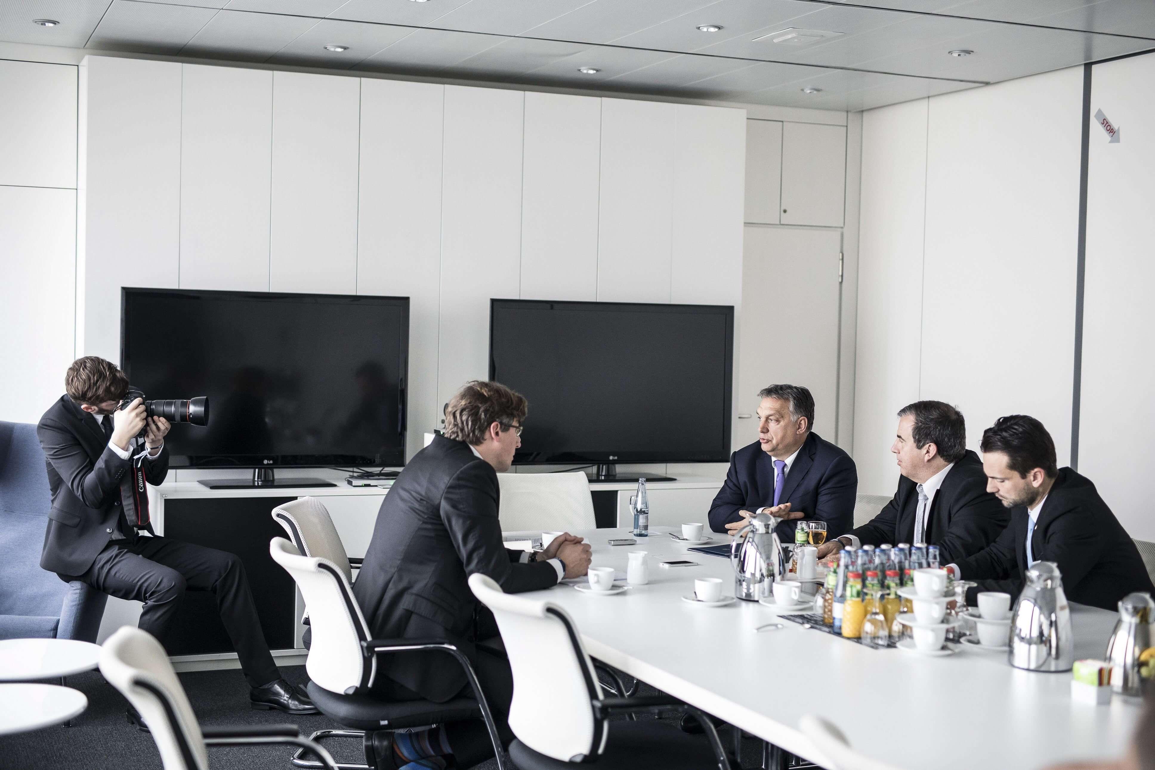A Miniszterelnöki Sajtóiroda által közzétett képen Orbán Viktor interjút ad a Welt am Sonntag német hetilapnak Berlinben, az újságot kiadó Axel Springer székházában 2018. január 10-én. (MTI Fotó: Miniszterelnöki Sajtóiroda / Szecsődi Balázs)