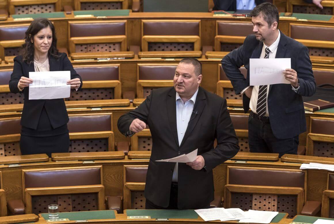 """Szél Bernadett és Hadházy Ákos """"Hazudik"""" feliratú lapot tart Németh Szilárd napirend előtti felszólalása alatt az Országgyűlés plenáris ülésén (Fotó: Szigetváry Zsolt/MTI/MTVA)"""