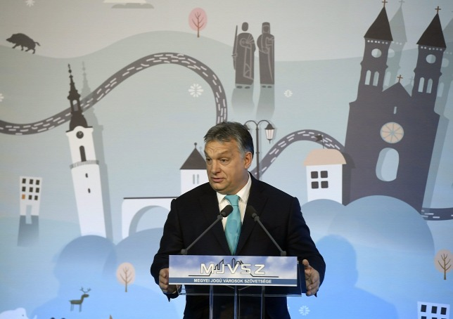 Orbán beszédet mond a Megyei Jogú Városok Szövetségének 51. közgyűlésén a veszprémi polgármesteri hivatalban (Forrás: MTI/Koszticsák Szilárd)