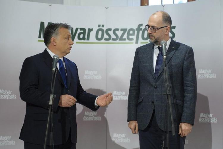Orbán Viktor és Kelemen Hunor, a Romániai Magyar Demokrata Szövetség (RMDSZ) elnöke sajtótájékoztatót tart a szatmárnémeti Kossuth-kertben (Fotó: MTI/Czeglédi Zsolt)