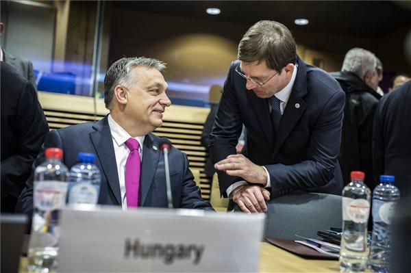 Brüsszel, 2018. február 23. A Miniszterelnöki Sajtóiroda által közreadott képen Orbán Viktor miniszterelnök (b) és Miro Cerar szlovén miniszterelnök beszélget a brüsszeli EU-csúcs előtt 2018. február 23-án. MTI Fotó: Miniszterelnöki Sajtóiroda / Szecsődi Balázs