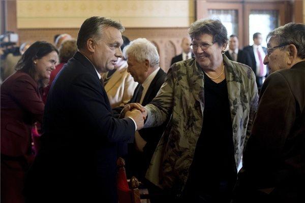 Orbán érkezik az Idősek Tanácsának ülésére az Országházban 2016. november 29-én. Balra Novák Katalin, az Emberi Erőforrások Minisztériumának család-, ifjúság- és nemzetközi ügyekért felelős államtitkára (MTI Fotó: Koszticsák Szilárd)