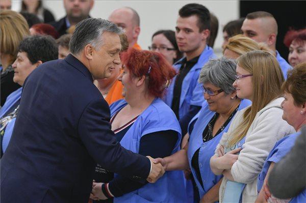 Orbán Viktor miniszterelnök köszönti a dolgozókat az autóipari alkatrészeket gyártó Rosenberger Magyarország Kft. nyírbátori üzemében 2018. március 12-én. MTI (Fotó: Czeglédi Zsolt)