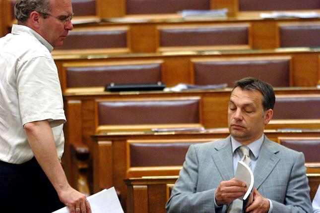 Budapest, 2006. június 20. Pokorni Zoltán, a Fidesz alelnöke és Orbán Viktor, a Fidesz - Magyar Polgári Szövetség elnöke beszélget az Országgyűlés plenáris ülésén. (MTI Fotó: Soós Lajos)