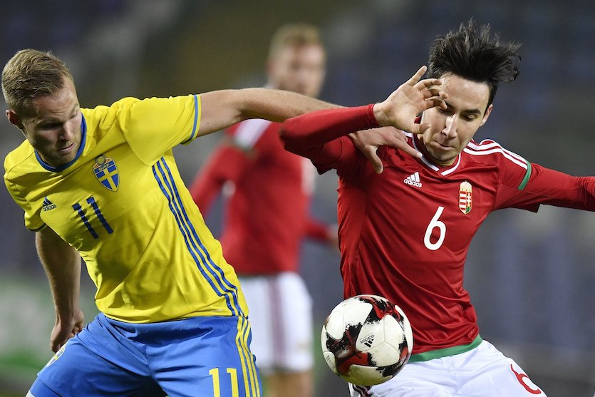 A svéd Gustav Engval (b) és Kleisz Márk a Magyarország - Svédország U21-es Európa-bajnoki selejtező labdarúgó-mérkőzésen a Szusza Ferenc Stadionban 2017. november 10-én. (MTI Fotó: Illyés Tibor)