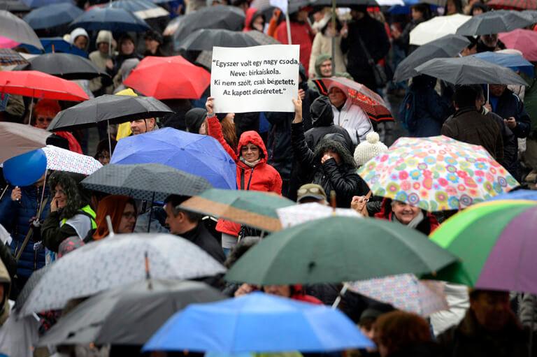 Résztvevők a pedagógusok tüntetésén a budapesti Kossuth téren 2016. február 13-án. A Pedagógusok Szakszervezetének demonstrációjához 48 szervezet csatlakozott. (MTI Fotó: Kovács Tamás)