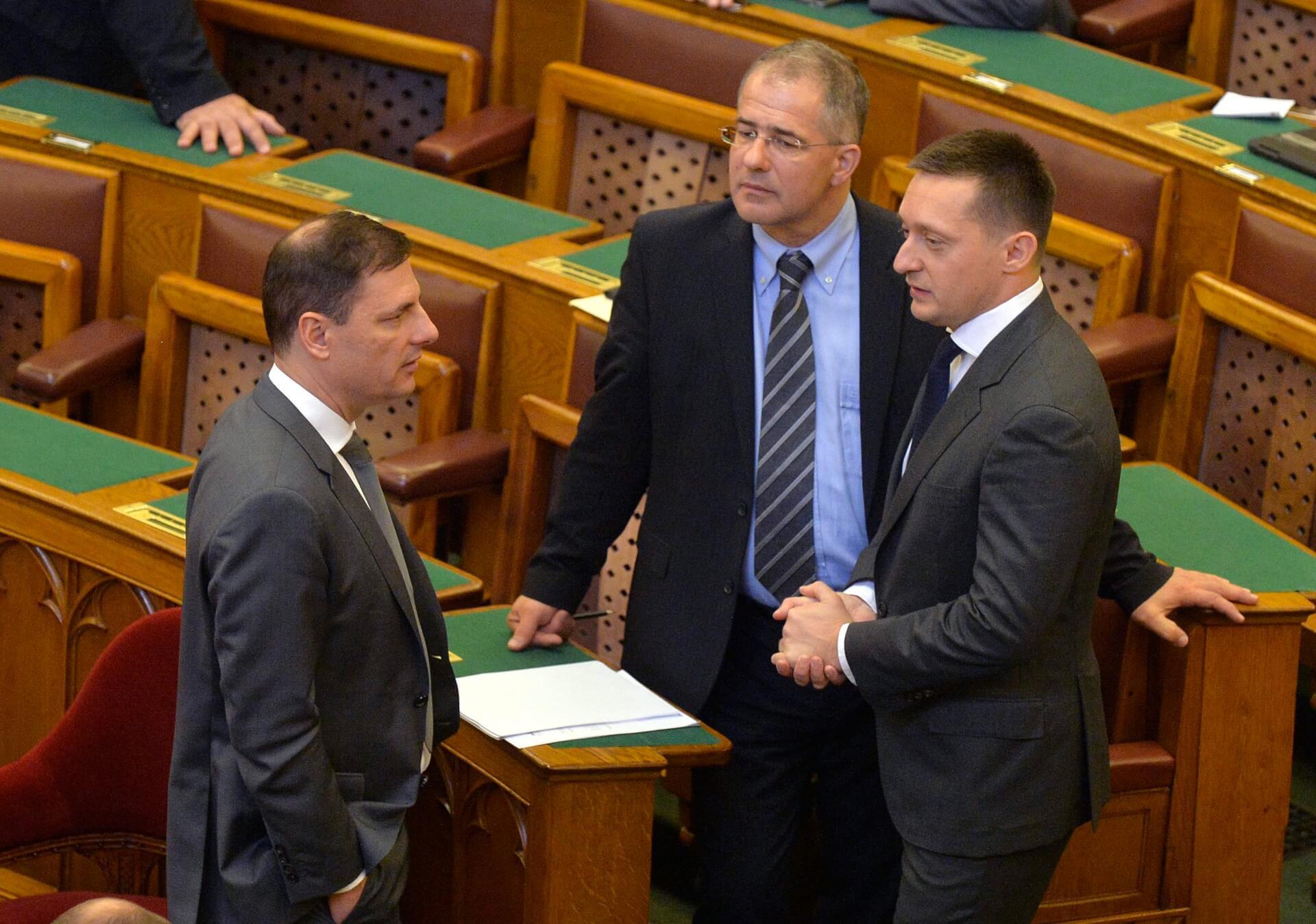 Budapest, 2015. november 2. Rogán Antal, a Miniszterelnöki Kabinetirodát vezetõ miniszter (j), Kósa Lajos, a Fidesz frakcióvezetõje (j2) és Tuzson Bence, a Miniszterelnöki Kabinetiroda államtitkára (b) beszélget az Országgyûlés plenáris ülésének kezdete elõtt 2015. november 2-án. MTI Fotó: Máthé Zoltán