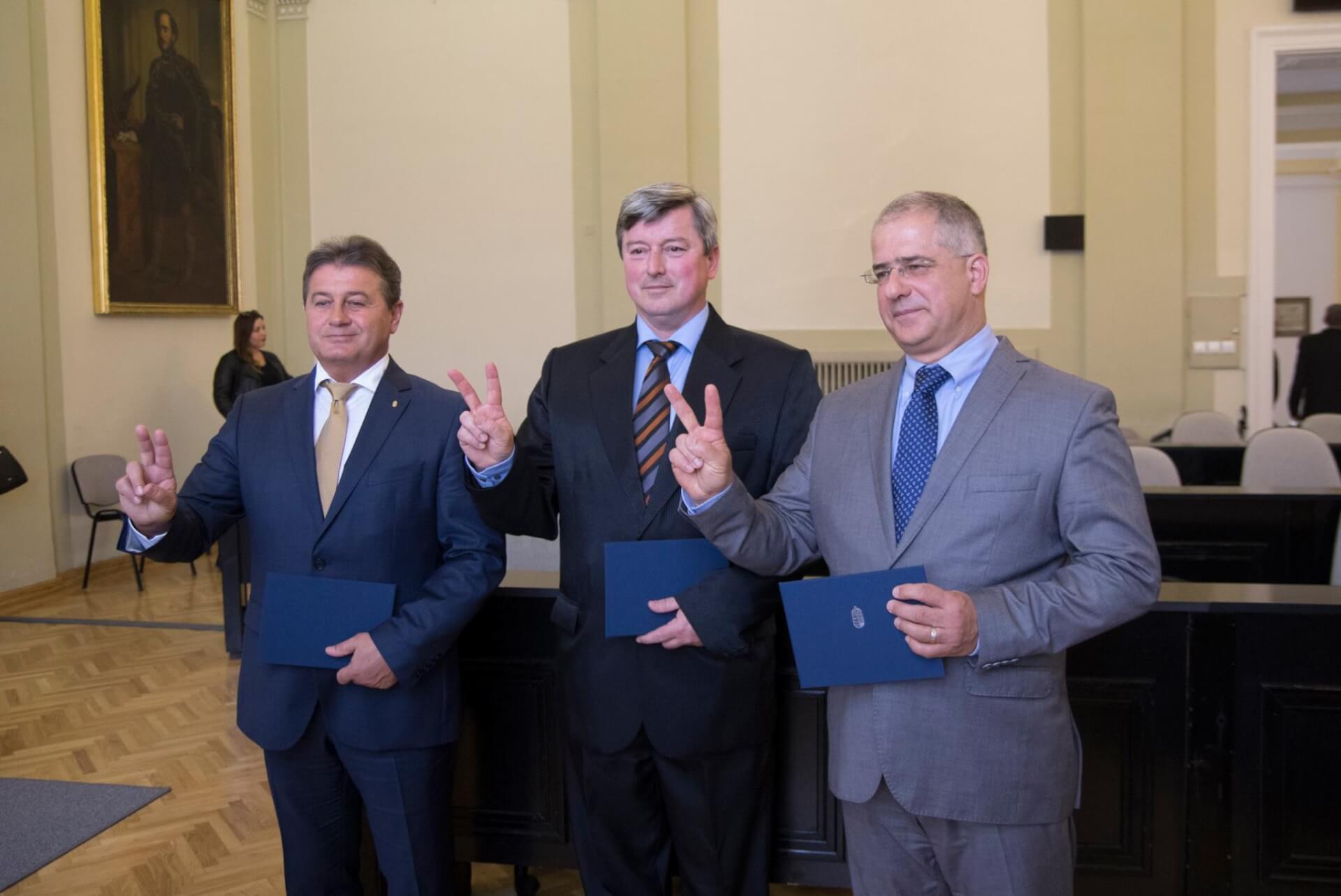 Átvettük a megbízólevelünket a választási bizottságtól. Debrecenért dolgozunk a következő országgyűlésben is! (Fotó: Facebook/Kósa Lajos)