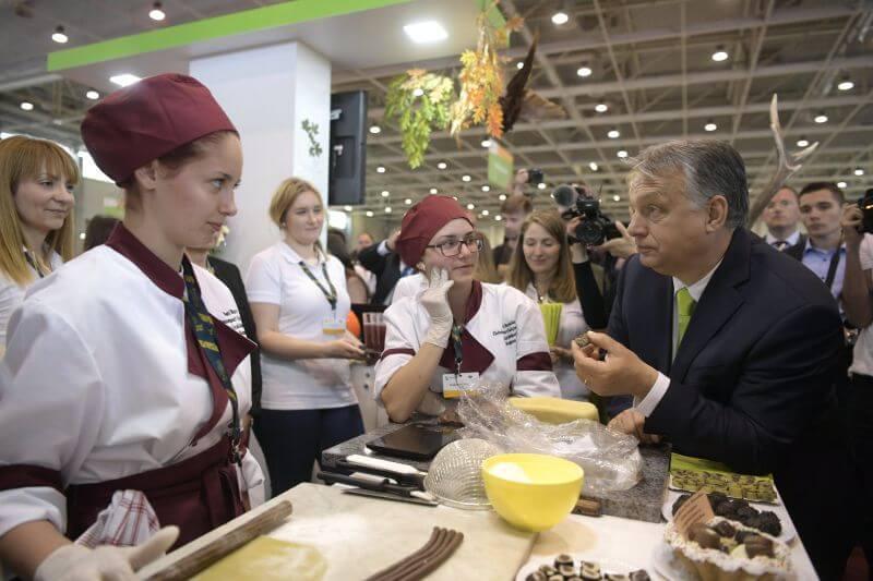 Orbán a Pesti Barnabás Élelmiszeripari Szakgimnázium és Szakközépiskola standjánál a XI. Szakma Sztár Fesztiválon a Hungexpo Budapesti Vásárközpont G pavilonjában 2018. április 23-án. (Fotó: MTI/Szigetváry Zsolt)