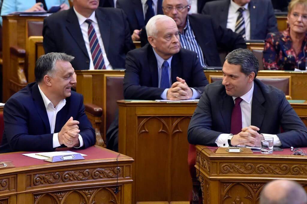Képünk természetesen illusztráció: Orbán Viktor kormányfő, Lázár János, a Miniszterelnökséget vezetõ miniszter (j) és Harrach Péter, a KDNP frakcióvezetõőe (k) a nemzeti felsõoktatásról szóló törvény módosításáról szóló javaslat összevont vitája alatt az Országgyûlés plenáris ülésén 2017. április 4-én. (MTI Fotó: Máthé Zoltán)
