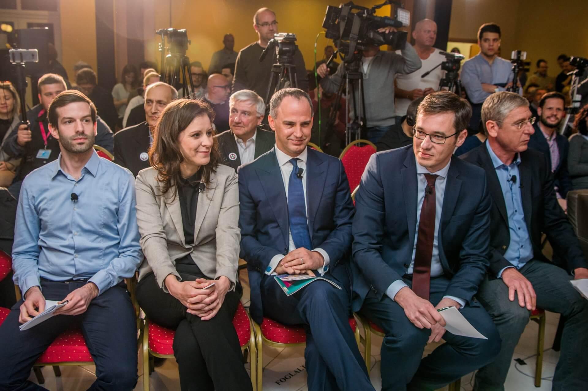 Fekete-Győr András, a Momentum elnöke, Szél Bernadett, az LMP társelnöke, miniszterelnök-jelölt, Szigetvári Viktor, az Együtt miniszterelnök-jelöltje, Karácsony Gergely, az MSZP-Párbeszéd miniszterelnök-jelöltje és Gyurcsány Ferenc, a Demokratikus Koalíció elnöke (b-j) a Válasszunk! 2018 (V18) fórumán a budapesti Benczúr szállodában 2018. április 4-én. (MTI Fotó: Balogh Zoltán)